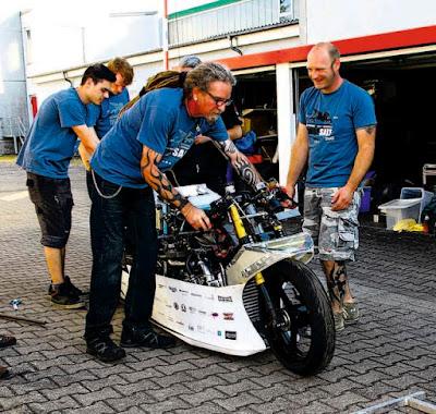 Gunter Retsch толкает странный мотоцикл.