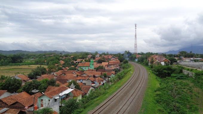 Rel kereta api menikung dari atas flyover