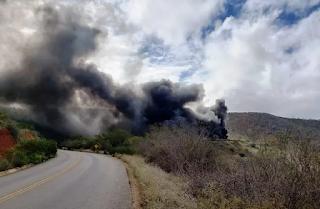 Caminhão-tanque que transportava diesel tomba e pega fogo na BA-026, em Maracás