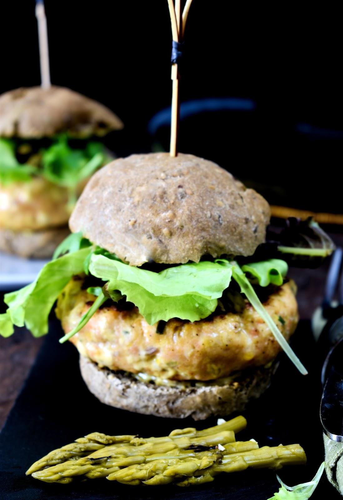 Burger di salmone alla senape con asparagi grigliati