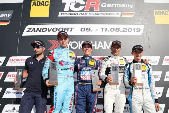 Max Hesse feiert seinen ersten Sieg in der ADAC TCR Germany