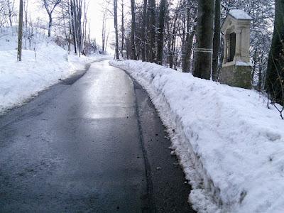 Bild vom 7.2.2019, Schulweg auf der Straße hinauf nach Sparz. Wenn die steile Straße vereist ist hilft nur noch Beten