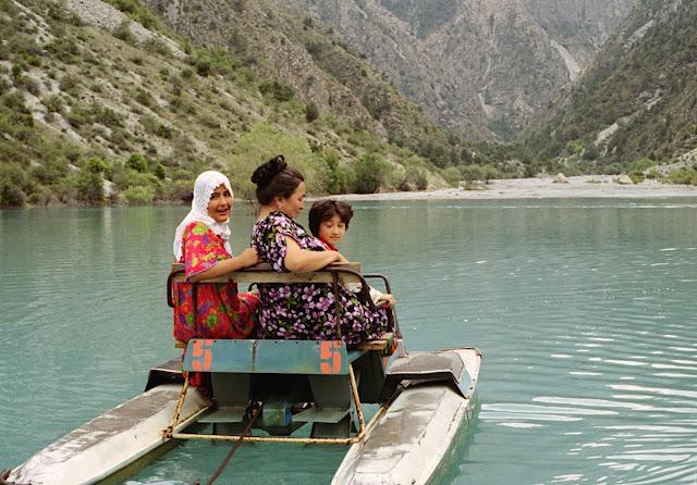 Ouzbékistan, Chakhimardan, Kurban-Kul, lac du Sacrifice, pédalo, © Louis Gigout, 1999