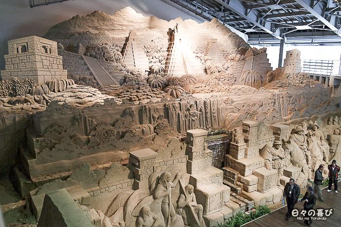 sculpture de sable pyramide précolombienne vue en plongée