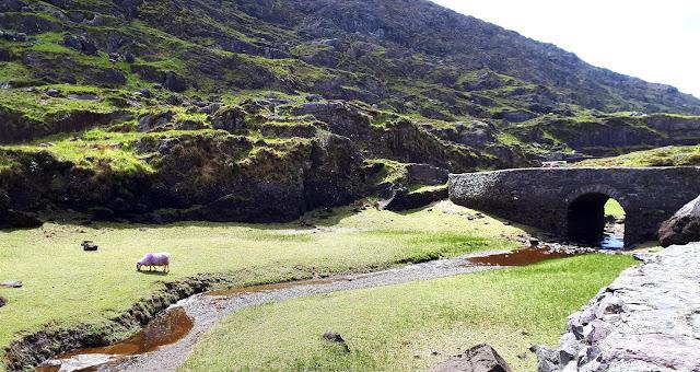 Vaeltaminen irlannissa, vaeltaminen, irlanti, killarney, cap of dunloe, vuoristo, karut maisemat, kivisilta