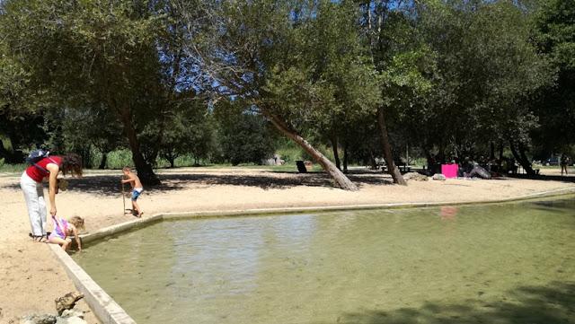 Água límpida da Praia de Alpedriz