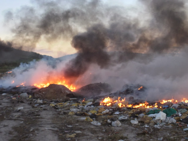 Resultado de imagem para imagens do fogo no lixao de riachuelo rn