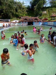 tempat wisata dan rekreasi di kolam renang Yawitra di sukabumi