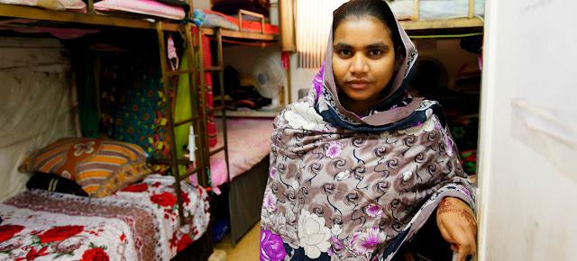 Trabajadora migrante de la industria del vestido en el dormitorio de una fábrica en Jordania que comparte con siete compañeras.OIT/MArcel Crozet