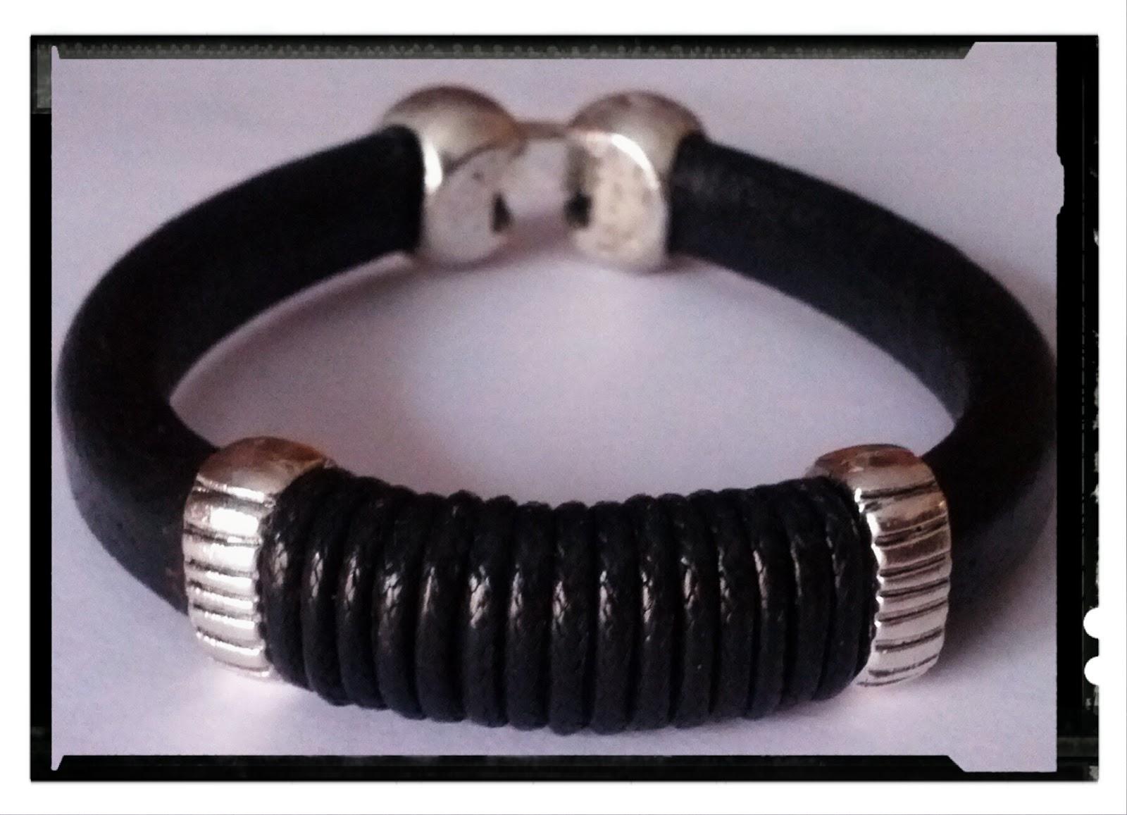 0e79090193db Estrenamos diciembre con más pulseras para hombre. Están realizadas con cuero  regaliz marrón y negro