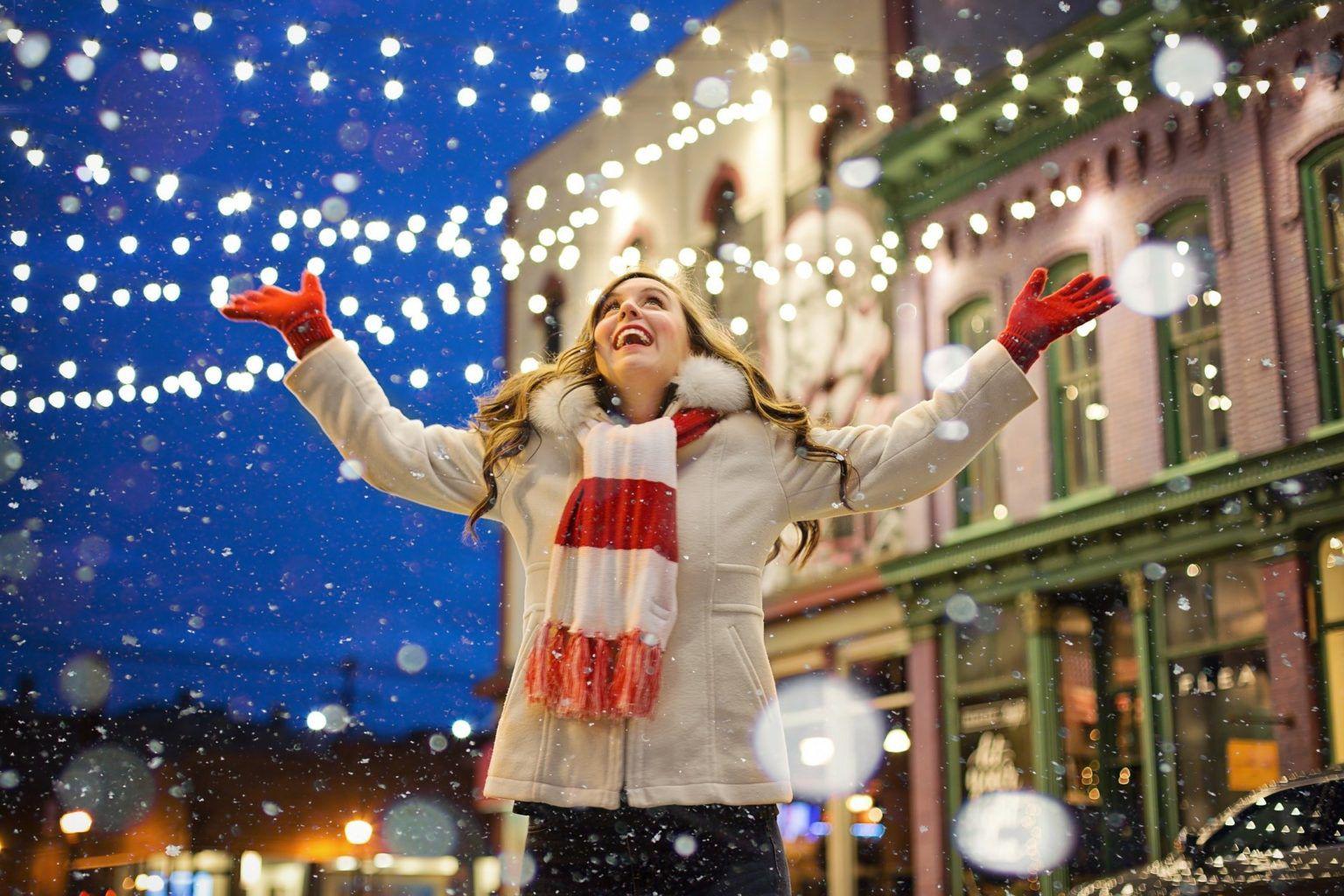 Девушка на ночной улице с новогодними огнями