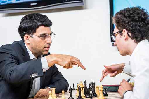 Viswanathan Anand analyse sa partie avec Fabiano Caruana à la Sinquefield Cup ronde 5 - Photo © Lennart Ootes