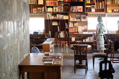 栞日(しおりび)二階の本棚