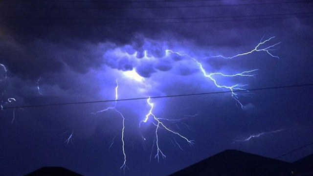 Lightning strike storm 2015 australia