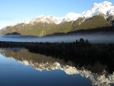 Lago espejo (mirror lake). Parque Nacional Fiordland, Nueva Zelanda