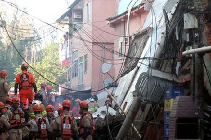 Bombeiros resgatam mulher sob escombros de prédio que desabou no Rio