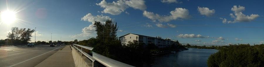 Apartamentos, carril de bicicletas y canal en la State Road 776