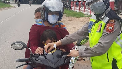 Polwan Satlantas Polres Sekadau Semangat Ajak Pengguna Kendaraan Disiplin Prokes