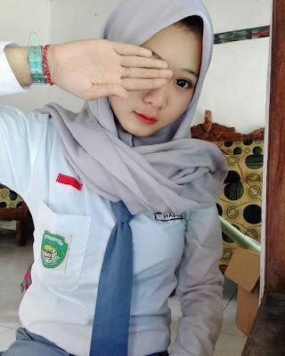 Selfie Siswi SMA Cantik baju kemeja putih lengan panjang