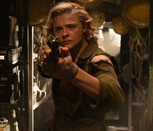 Chloë Grace Moretz con una pistola