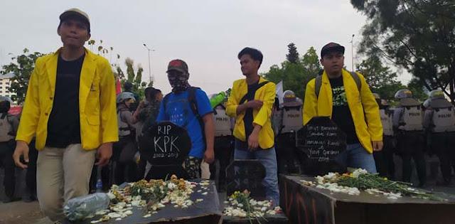 Kecam Pemerintah Dan DPR, BEM SI Kirim 2 Kuburan