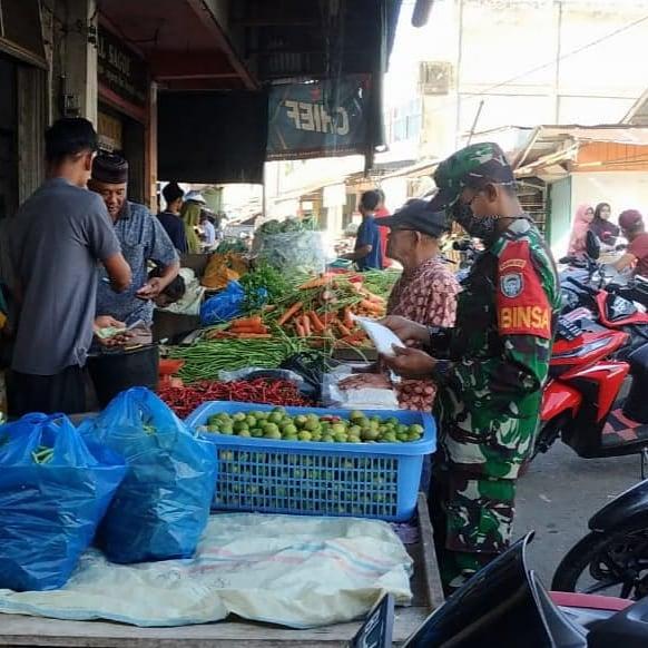 Babinsa Komsos Dengan Pedagang Pasar Pantau Harga Sembako