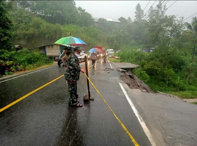 Badan Jalan Longsor, TNI POLRI Amankan Lokasi Dan Pasang Garis Police Line
