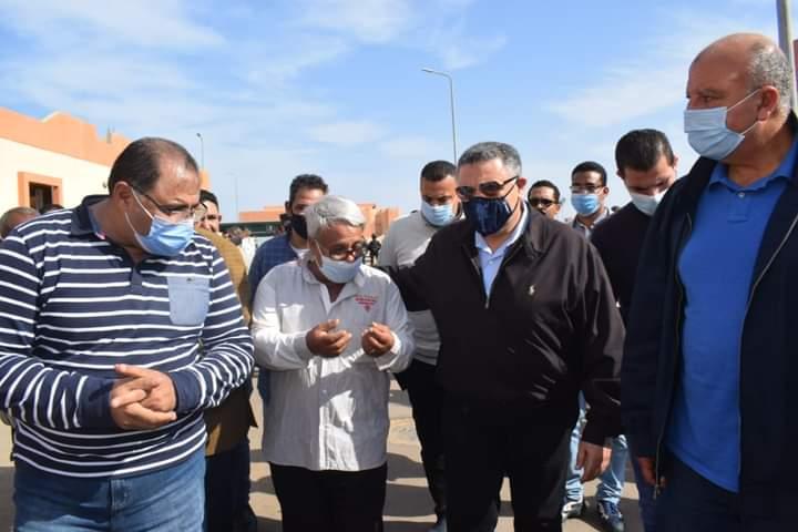 محافظ البحر الأحمر يشهد نقل 24 أسرة وتسليمهم شقق ومنازل ببديل العشوائيات بالروضة بالغردقة