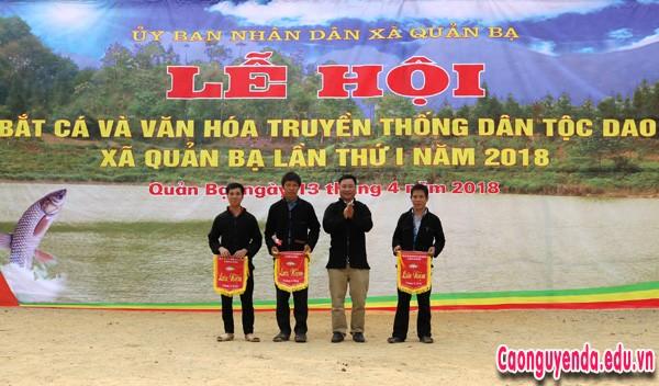 Lãnh đạo xã Quản Bạ trao cờ lưu niệm cho các đội thi bắt cá