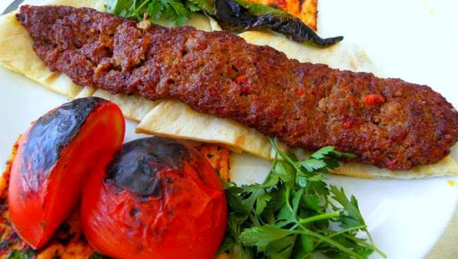 reteta kebab turcesc imbunatatit servit cu sos de iaurt