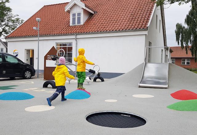 Unsere 11 besten Ausflugstipps für die Ostseeküste Nordjütlands. Ein weiterer Tipp für Dronninglund: Der Spielplatz im Zentrum ist kunterbunt und modern ausgestattet.