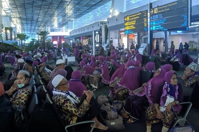 Arab saudi Tangguhkan Perjalanan Umroh,Jamaah Terlantar di bandara Soekarno Hatta