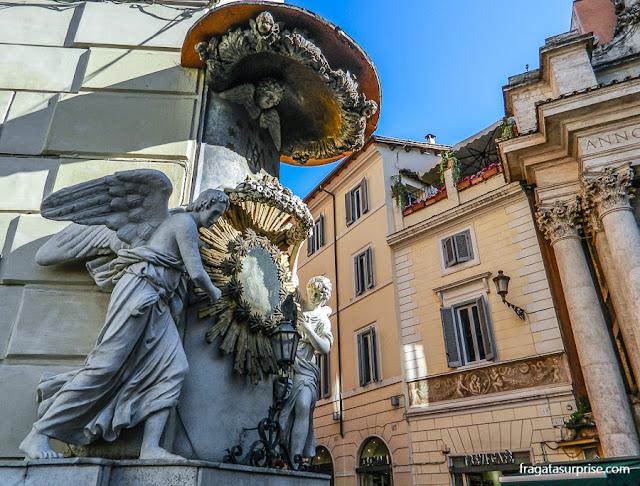 Oratório na fachada da Villa della Stamperia, na esquina da Piazza di Trevi