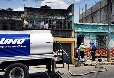 Gasolineras UNO donan agua a vecinos