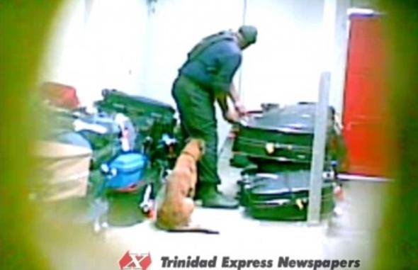 Βίντεο που θα σας πείσει να κλειδώνετε τις αποσκευές σας όταν ταξιδεύετε με αεροπλάνο