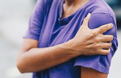 Penyakit shoulder impingement syndrome adalah sebauh kondisi yang mempengaruhi keadaan fisik bahu pada manusia. Pegaruh yang diberikan oleh kondisi adalah efek rasa sakit pada daerah bahu sehingga akan menimbulkan terganggunya sebuah aktivitas. Hal ini bisa terjadi dikarenakan adanya cedera pada bagian bahu, sehingga menimbulkan rasa sakit tersebut.  Nah untuk mengetahui lebih lanjut dalam bahasan penyakit shoulder impingement syndrome pada manusia, silahkan di simak dan baca dengan yang telah tersaji di bawah ini.     Penyakit Shoulder Impingement Syndrome Pada Manusia  Shoulder impingement syndrome merupakan sebuah kondisi yang mempengaruhi keadaan dari bagian tubuh manusia atau yang lebih tepatnya pada bagian bahu. Kondisi ini akan menimbulkan rasa nyeri pada bahu, sehingga akan mengganggu aktivitas keseharian dari seseorang yang sedang mengalami atau menderita kondisi ini.  Maka dari itu penting untuk mengenali dari kondisi ini, supaya dapat lebih berhati-hati dalam melakukan sebuah aktivitas fisik. Untuk mengetahui lebih lanjut silahkan di simak dan baca dengan sebagai berikut ini :  1. Pengertian Shoulder Impingement Syndrome  Shoulder impingement syndrome adalah suatu kumpulan gejala nyeri bahu yang timbula akibat adanya jepitan atau penekanan pada tendon (ujung otot) atau bursa (bantalan sendi) di sendi bahu bagian atas (Flex, 2014). Kisner (2012) mendefinisikan shoulder impingement syndrome sebagai penyempitan celah diantara akromion dan tuberositas mayor yang menyebabkan gangguan aktivitas pada gerakn sendi  bahu dan mengakibatkan gangguan aktivitas fungsional.  2. Etiologi Shoulder Impingement Syndrome  Etiologi dari kondisi ini adalah sebagai berikut : Aktivitas berulang, seperti pekerjaan dan olahraga yang menggunakan sendi bahu Adanya peradangan Adanya bone spur atau pembentukan tulang baru terjadi akibat adanya gangguan metabolisme tulang yang umumnya dikaitkan dengan proses penuaan ataupun karena penyakit tertentu. Trauma pada tendon dan degeneratif 
