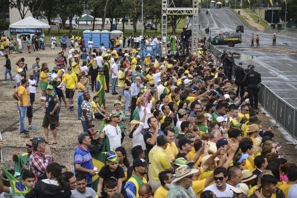 05571e799e Grande público já presente na Praça dos Três Poderes para posse de ...