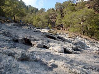 Çıralı bir dağın zirvesindeki Yanartaş'ta (chimaira) sürekli yanan ateş
