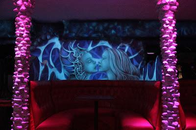Malowanie ściany w klubie farbami fluorescencyjnymi, mural UV, black light mural, aranżacja ściany