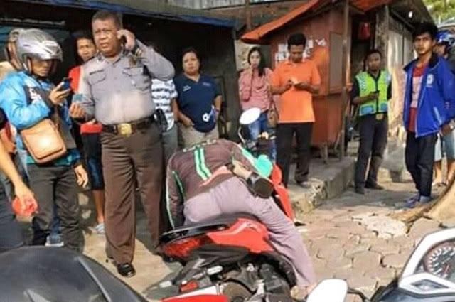 Diduga Karena Kelelahan, Driver Ojek Oline ini Tewas di Atas Motornya