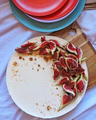 Tarta de queso sin horno con higos frescos