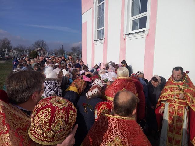 Прот. Миколай Лафета читає Євангеліє українською мовою