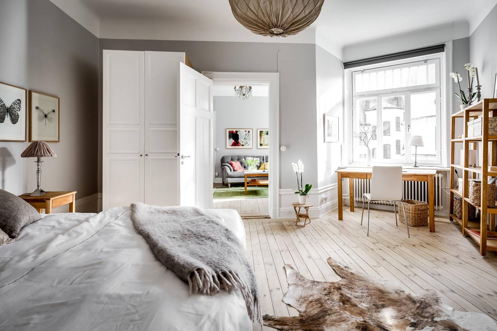 Fundal gri și accente calde de culoare și lemn într-un apartament de 70 m²