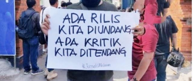Para wartawan se-Surabaya menggelar aksi solidaritas untuk tempo nurhadi korba penganiayan