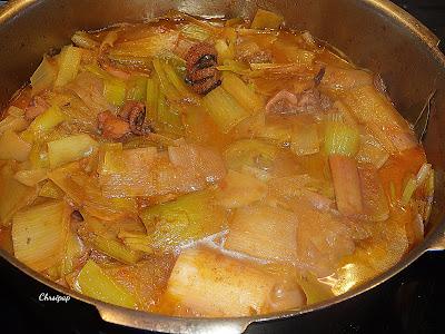 Κατσαρόλα που περι΄χει σουπιες μαγειρεμενες με πρασα και φαίνεται ένα ωραίο πίατο ,πολύ νόστιμο