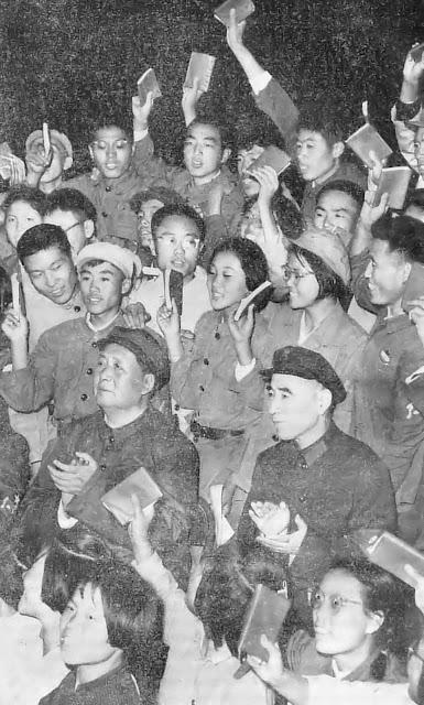 Mao (centro) quis estabelecer a igualdade completa entre 'camaradas' na Revolução Cultural.