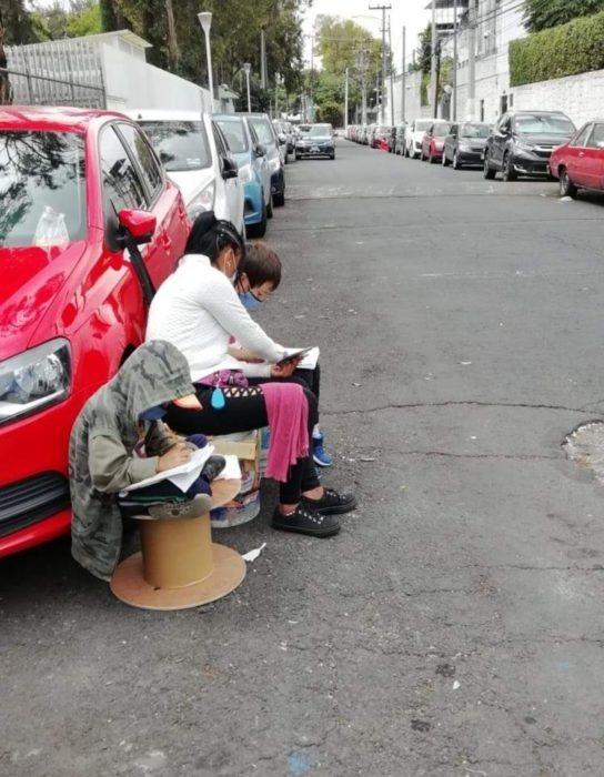 Mamá cuida coches en la calle y se lleva a sus hijos para tener internet y que hagan la tarea