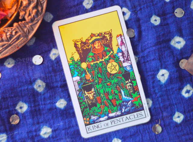 Saiba o significado da Carta do Rei de Ouros no Tarot do amor, dinheiro e trabalho, na saúde, como obstáculo ou invertida e como conselho.