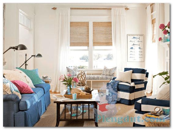 Ide 07: Paduan kreatif blue strep sofa dengan lampu baca menjadikan ruangan rumah berkesan private dengan beberapa bunga yang menjadi pelengkap dekorasi ruangan