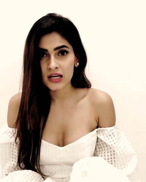 Gallery Foto Artis Cantik Muda India Karishma Sharma dan Biodata Singkat